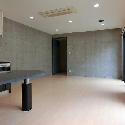 エアコンは天井に備え付けタイプのものです※写真は201号室