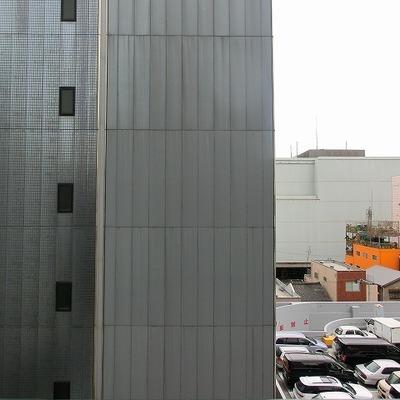目の前は建物に阻まれていますが、横は開けています※写真別部屋