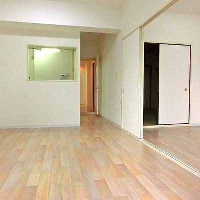 リビングと洋室を合わせると16帖の広々さ※写真別部屋