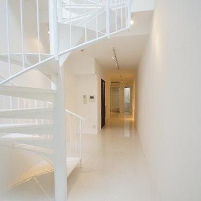 この階段の行き先は、、。玄関です!