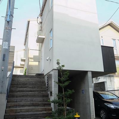 分厚い木材で組んだ階段を登って行きます。