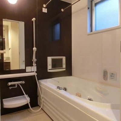 浴室乾燥にTV、ジャグジー機能のあるバスルーム