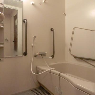 浴室乾燥機能のある足を伸ばせて入れるバスタブ ※写真は別部屋です
