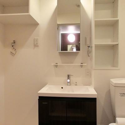 脱衣所には洗面台と洗濯パン、そして収納棚とつまっています!