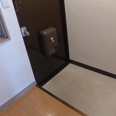 玄関は広めです。小さなシューズボックスであれば置けます!