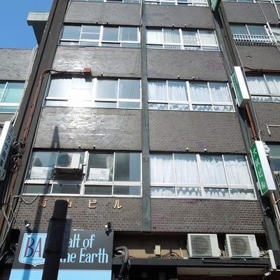 レトロなビルの3階にお部屋はあります