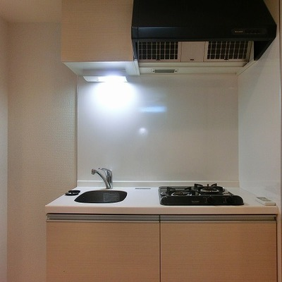 2口コンロのキッチンはコンパクトサイズのもの ※写真は別部屋