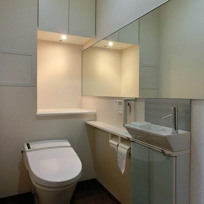 トイレ専用の洗面台のあるウォシュレットトイレ
