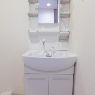 洗面台も大きめ。隣は洗濯機置き場。