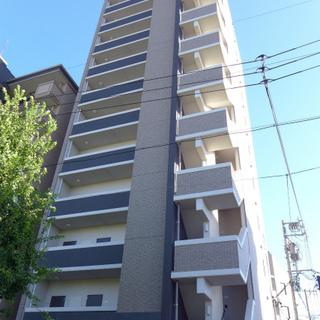 大通り沿いの背の高いマンション!