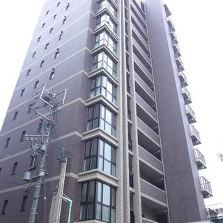 新築の背の高いマンション!大通り沿いです!