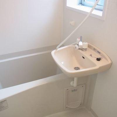 お風呂は窓付きです※写真は別部屋