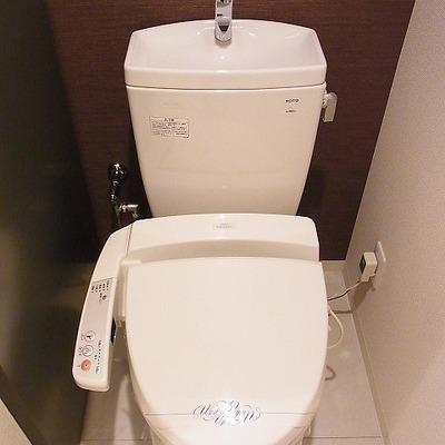 こちらのきれいなトイレはウォシュレット機能付き