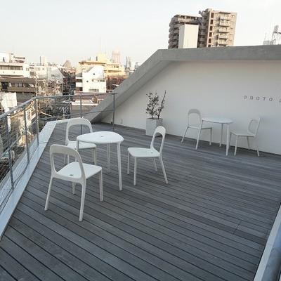 屋上は共有テラス。周囲に高いビルがなく、見晴らし抜群です。