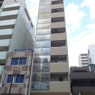 ほっそり背の高いマンション。1階はテナントです。