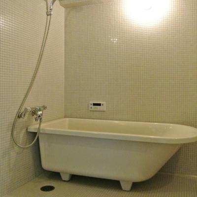 お風呂。脚付きの浴槽