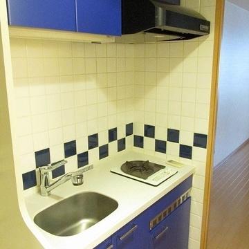 ブルーのキッチンがいい感じ。下にミニキッチン。