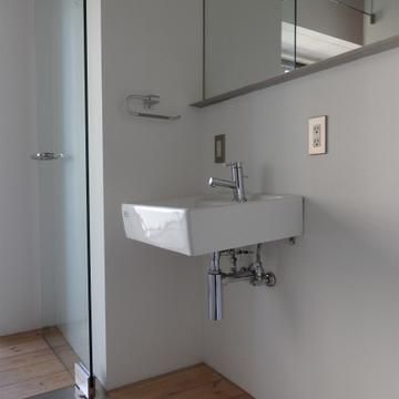 可愛らしい洗面台と大きな鏡。