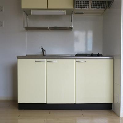 キッチン。ガス2口です。吊戸もついているので便利