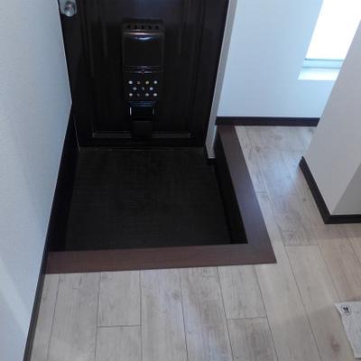玄関と床に段差があります。シューズボックスありますよ!