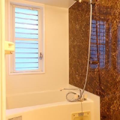 お風呂には窓付きです
