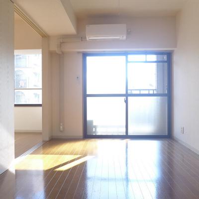 キッチン側からの眺め。南向きの明るいお部屋!