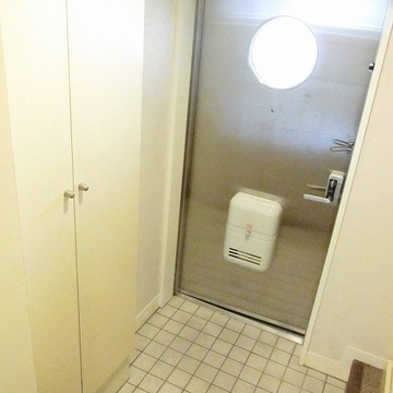 玄関とステンレスのドアがなんとも言えません!