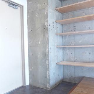 玄関広め。棚が設置してあります。