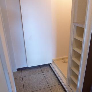 玄関にはシューズボックスと洗濯機置場。