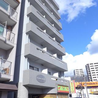 1階にテナント。大通り沿いのマンションです。