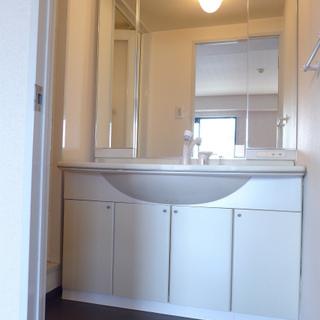 洗面台広い!鏡が大きくて嬉しい。
