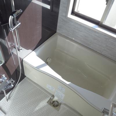 お風呂に窓。日中は明るく、朝シャン派にgood!
