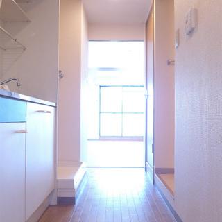 玄関からの眺め。キッチンは廊下。