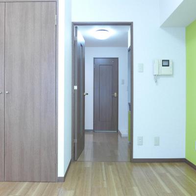 床、ドアの色も落ち着いています。