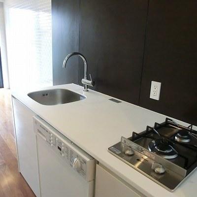 キッチンは対面の2口ガスコンロ ※写真は別部屋です