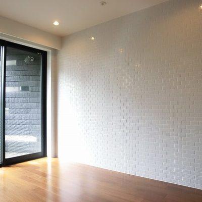 タイル貼りの壁です。※写真は別部屋です