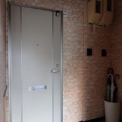 ドアを新品に交換しています