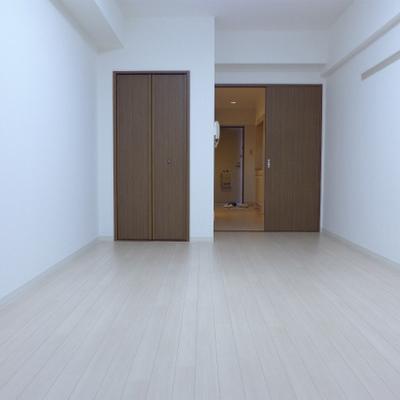 ベランダ側からの眺め。ドアは茶色。