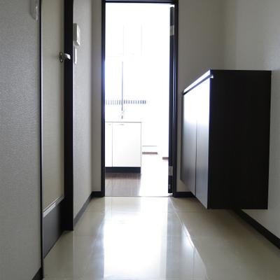 廊下と玄関部分。