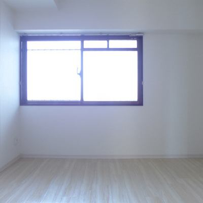 北側の洋室は6.5帖、窓と収納があります。