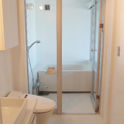 真っ白のバスルーム