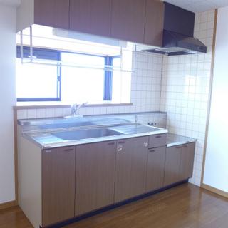 キッチンは大きめ。コンロの設置が必要です。