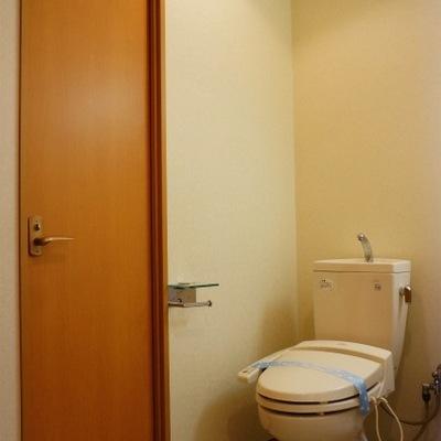 トイレの横に玄関への扉が