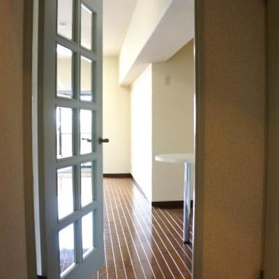 ガラス格子のドアがかわいい
