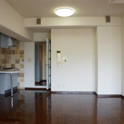 濃い茶色と白壁のコントラスト