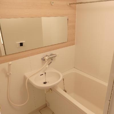 お風呂もキレイにクリーニングして大きな鏡を取り付けました