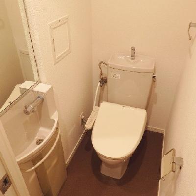ウォシュレットを設置してます。また、トイレに洗面台あり。