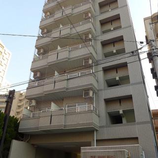 駅近7階建てのマンション、隣はカフェです。