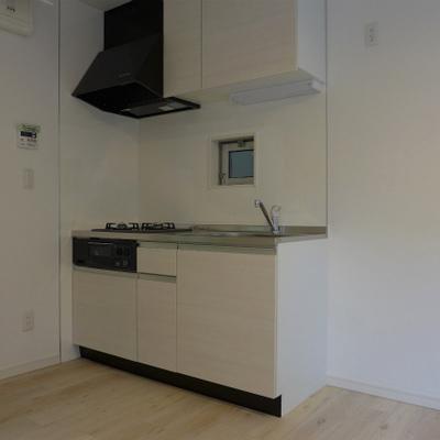 システムキッチンも白!2口ガスコンロです。