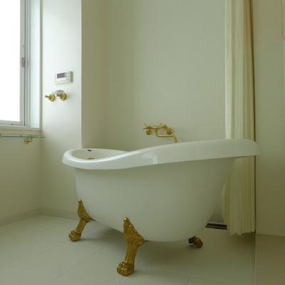 猫足!扉はなく、シャワーカーテンで。
